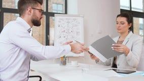Работодатель имея интервью с работником на офисе акции видеоматериалы