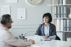 HR specjalista pomaga pracownik kieruje jego czas obrazy royalty free