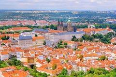 2014-07-09 Hradcany,捷克共和国-从Petrinska rozhledna塔的Hradcany在有人的布拉格市Hradcanske namesti squ的 库存照片