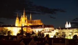 Hradcany con el castillo de Praga y St Vitus Cathedral por noche Praga, República Checa fotografía de archivo libre de regalías