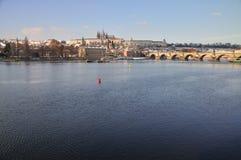 Hradcany e Praga fortificano il panorama - dietro Vltav Fotografia Stock Libera da Diritti