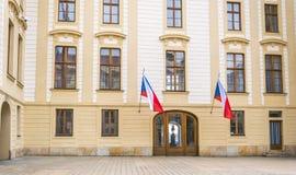 Hradcany historisk fjärdedel av Prague, huvudstaden av Tjeckien Fasaden av den regerings- byggnaden i Prague Royaltyfria Bilder
