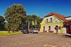 2106/08/07 - Hradcany, Tsjechische repubic - parkeerterrein met auto's van het Toeristeninformatiecentrum tijdens het seizoen van Royalty-vrije Stock Foto