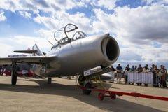 HRADEC KRALOVE, ЧЕХИЯ - 5-ОЕ СЕНТЯБРЯ: Воздушные судн Mikoyan-Gurevich MiG-15 реактивного истребителя превратились для положения  Стоковая Фотография RF