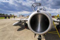 HRADEC KRALOVE, ЧЕХИЯ - 5-ОЕ СЕНТЯБРЯ: Воздушные судн Mikoyan-Gurevich MiG-15 реактивного истребителя превратились для положения  Стоковое Изображение