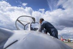 HRADEC KRALOVE, ЧЕХИЯ - 5-ОЕ СЕНТЯБРЯ: Пилот воздушных судн Mikoyan-Gurevich MiG-15 реактивного истребителя превратился для Совет Стоковая Фотография RF