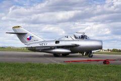 HRADEC KRALOVE, ЧЕХИЯ - 5-ОЕ СЕНТЯБРЯ: Пилот воздушных судн Mikoyan-Gurevich MiG-15 реактивного истребителя превратился для Совет Стоковое Изображение RF