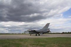 HRADEC KRALOVE, RÉPUBLIQUE TCHÈQUE - 5 SEPTEMBRE : Faucon de combat de F-16 d'atterrissage avec le drapeau belge international tc Photographie stock libre de droits