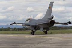 HRADEC KRALOVE, RÉPUBLIQUE TCHÈQUE - 5 SEPTEMBRE : Faucon de combat de F-16 d'atterrissage avec le drapeau belge international tc Photos libres de droits