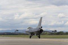 HRADEC KRALOVE, RÉPUBLIQUE TCHÈQUE - 5 SEPTEMBRE : Faucon de combat de F-16 d'atterrissage avec le drapeau belge international tc Image stock