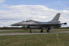HRADEC KRALOVE, RÉPUBLIQUE TCHÈQUE - 5 SEPTEMBRE : Faucon de combat de F-16 d'atterrissage avec le drapeau belge international tc Photo stock