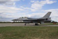 HRADEC KRALOVE, RÉPUBLIQUE TCHÈQUE - 5 SEPTEMBRE : Faucon de combat de F-16 d'atterrissage avec le drapeau belge international tc Photos stock
