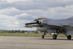 HRADEC KRALOVE, RÉPUBLIQUE TCHÈQUE - 5 SEPTEMBRE : Faucon de combat de F-16 d'atterrissage avec le drapeau belge international tc Photographie stock