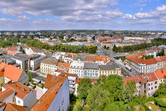 2015-07-10 - Hradec Kralove, República Checa - ciudad de Hradec Kralove de la torre blanca en verano Foto de archivo libre de regalías