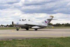 HRADEC KRALOVE, REPÚBLICA CHECA - 5 DE SETEMBRO: Os aviões de lutador Mikoyan-Gurevich do jato MiG-15 tornaram-se para o rolament Fotografia de Stock Royalty Free
