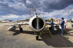 HRADEC KRALOVE, TJECKIEN - SEPTEMBER 5: Piloten av strålkämpeflygplan Mikoyan-Gurevich MiG-15 framkallade för Sovjetunionenet Royaltyfri Fotografi
