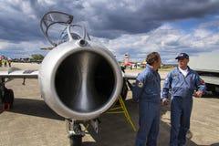 HRADEC KRALOVE, TJECKIEN - SEPTEMBER 5: Piloten av strålkämpeflygplan Mikoyan-Gurevich MiG-15 framkallade för Sovjetunionenet Royaltyfri Bild