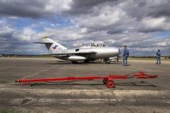 HRADEC KRALOVE, TJECKIEN - SEPTEMBER 5: Piloten av strålkämpeflygplan Mikoyan-Gurevich MiG-15 framkallade för Sovjetunionenet Arkivfoton