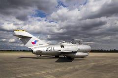 HRADEC KRALOVE, TJECKIEN - SEPTEMBER 5: Strålkämpeflygplan Mikoyan-Gurevich MiG-15 framkallade för det Sovjetunionen anseendet Royaltyfri Foto