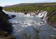 Hraunfossar瀑布全景在海岛 免版税图库摄影