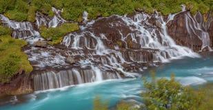 Hraunfossar - een verbazende blauwe cascade royalty-vrije stock afbeelding