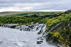 hraunfossar iceland vattenfall arkivfoton