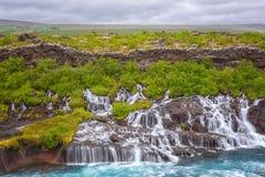 Hraunfossar vattenfall eller Lava Falls, Island Härlig sommarliggande arkivfoto