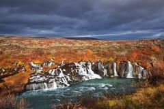 Hraunfossar-Wasserfälle in den Herbstfarben Stockfotografie