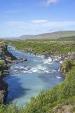 Hraunfossar-Wasserfall, der von unterhalb Hallmundarhraun-Lava f auftaucht Stockbilder