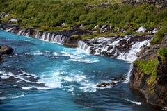 Hraunfossarreeks watervallen door beken worden gevormd die ov stromen die stock foto's