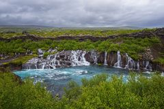 Hraunfossarwatervallen of Lava Falls, IJsland Mooi de zomerlandschap stock foto's