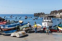 Härbärgera med fiskare och fiskeskepp på Funchal, Portugal Royaltyfri Fotografi
