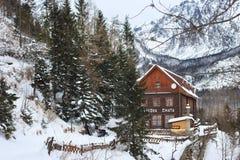 HREBIENOK,斯洛伐克- 2015年1月07日:木旅馆叫Bilikova chata 库存照片