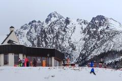 HREBIENOK,斯洛伐克- 2015年1月07日:Hrebienok村庄的中心的看法有Lomnicky峰顶的2634 m 在背景 图库摄影