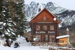 HREBIENOK SLOVAKIEN - JANUARI 07, 2015: Trähotellet kallade den Bilikova chataen fotografering för bildbyråer