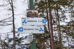 HREBIENOK, SLOVAQUIE - 7 JANVIER 2015 : Signes avec l'indication des destinations de touristes en parc national de hautes montagn Photo stock