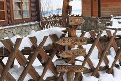HREBIENOK, SLOVAQUIE - 7 JANVIER 2015 : Signes en bois avec le syndicat d'initiative en parc national de hautes montagnes de Tatr Photos stock