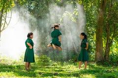 Hreemeisjes in school eenvormig speel springend spel royalty-vrije stock fotografie