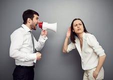 Hörende Frau ihr verärgerter Chef Stockfotografie