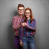 Hörende Musik der jungen Paare Stockfoto