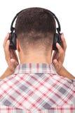 Hörende Musik des Mannes mit Kopfhörern Stockfoto