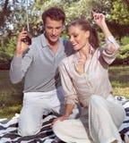 Hörender Spieler der Paare im Quadrat Stockfotos