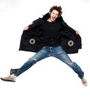 Hörendes springendes Schreien der Musik des Mannes glücklich Lizenzfreie Stockfotos