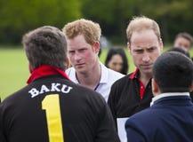 HRH威廉王子和HRH哈里王子在马球比赛竞争 免版税库存图片