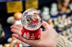 Hristmas Ð ¡ snowdome met Santa Claus binnen het op palm stock foto's