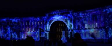 Hristmas färgrik ljus show på slottfyrkanten Arkivbild
