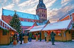Hristmas marknad på kupolfyrkanten i gamla Riga (Lettland) royaltyfria bilder