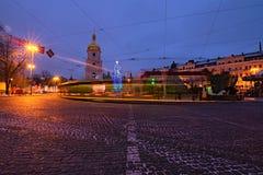 Hristmas marknad på Sophia Square Huvudsakligt träd för nytt år och torn av helgonet Sophia Cathedral på bakgrunden royaltyfria bilder