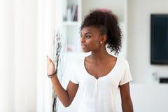 Härlig afrikansk amerikankvinnastående - svarta människor Arkivbilder