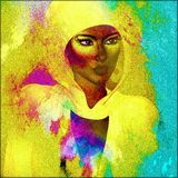 Härlig afrikansk kvinna i en färgrik head halsduk mot en lutningbakgrund Royaltyfria Bilder